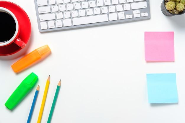 Nowoczesne białe biurko z smartphone myszy klawiatury