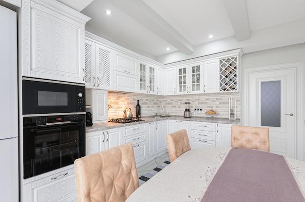 Nowoczesne białe drewniane wnętrze kuchni