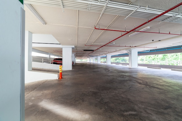 Nowoczesne białe wnętrze garażu
