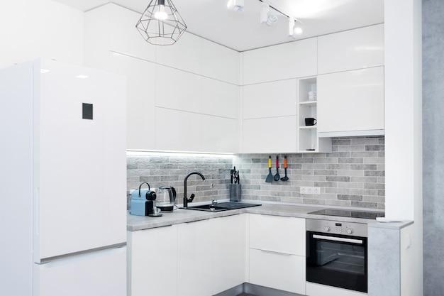 Nowoczesne białe wnętrze kuchni. współczesne wnętrze z elementami loftu