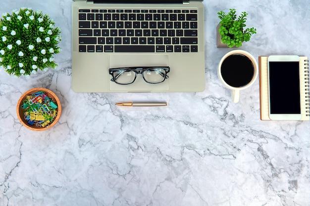 Nowoczesne biurko biurowe obszar roboczy z laptopem