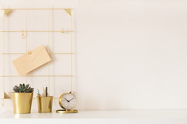 Nowoczesne biurko ze złotymi dodatkami. pusta przestrzeń, makieta. minimalistyczny styl.