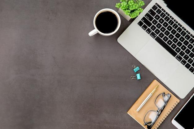 Nowoczesne biuro biurko miejsce pracy z laptopem.