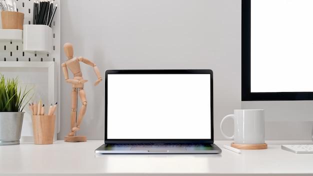 Nowoczesne biuro pracy z makieta tabletu pustego ekranu, pc i stylowe materiały eksploatacyjne