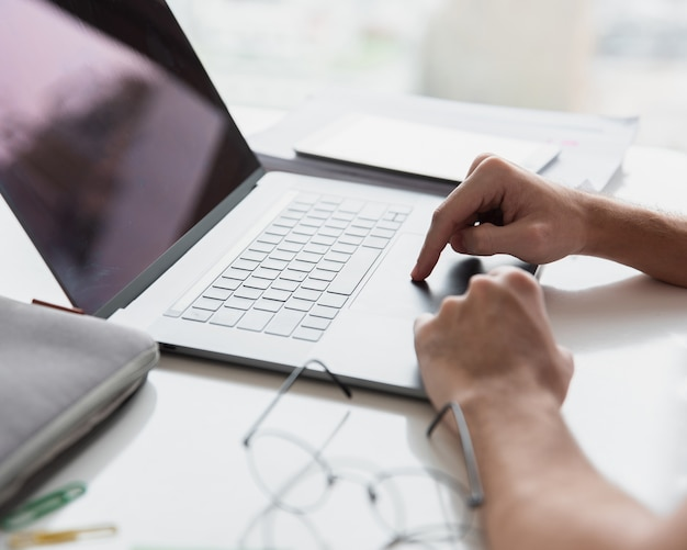 Nowoczesne biuro z laptopem i szkłami