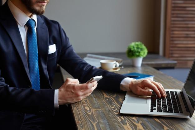 Nowoczesne biznesmen za pomocą urządzeń
