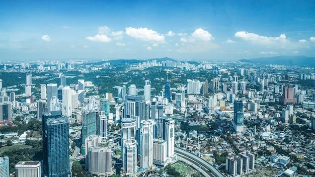 Nowoczesne budynki miasta i architektury iwith błękitne niebo w kuala lumpur