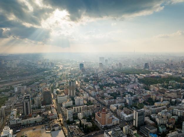 Nowoczesne budynki w centralnej części miasta kijowa z nowymi modnymi wieżowcami, budynkami, centrami biurowymi,