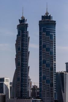 Nowoczesne budynki w dubai marina. w mieście sztuczny kanał o długości 3 kilometrów wzdłuż zatoki perskiej.