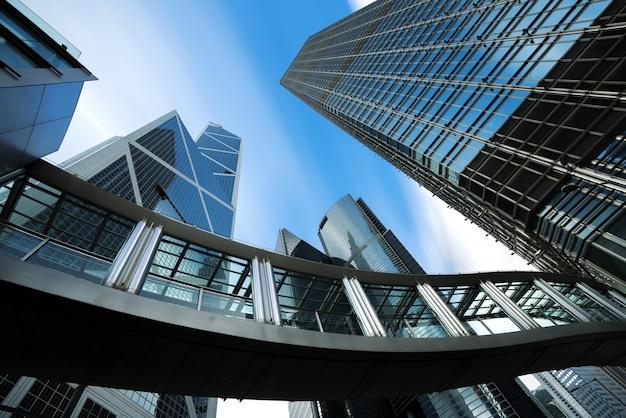 Nowoczesne centrum biznesowe w hongkongu. drapacze chmur w handlowym terenie przy hongkong. azjatycka turystyka, nowoczesne życie w mieście lub biznes finanse i gospodarka