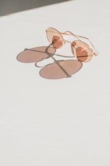 Nowoczesne damskie okulary przeciwsłoneczne na białym stole