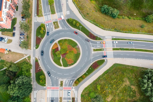 Nowoczesne drogi, skrzyżowania i mosty. autostrada z widoku z góry. lato wrocław polska