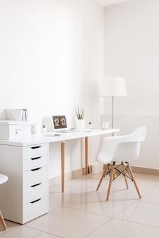 Nowoczesne hipster białe miejsce pracy wnętrze