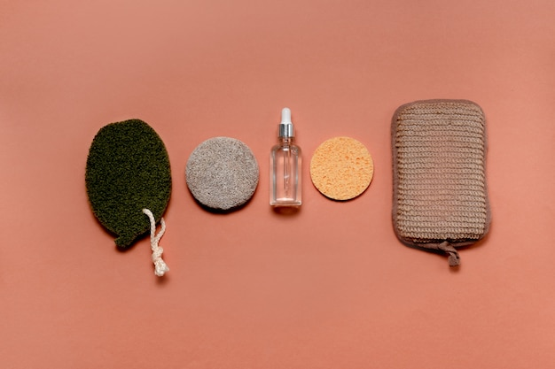 Nowoczesne i naturalne akcesoria oraz ziołowe kosmetyki do pielęgnacji twarzy i ciała. koncepcja zero waste i ekologiczne materiały do samoopieki. mieszkanie świeckich stylu. górny widok poziomy copyspace