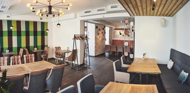 Nowoczesne i proste wnętrze kawiarni z drewnianymi klasycznymi meblami