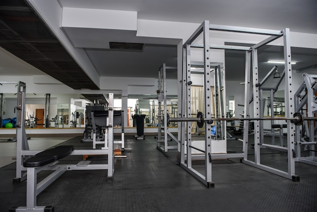Nowoczesne i puste wnętrze siłowni z wyposażeniem