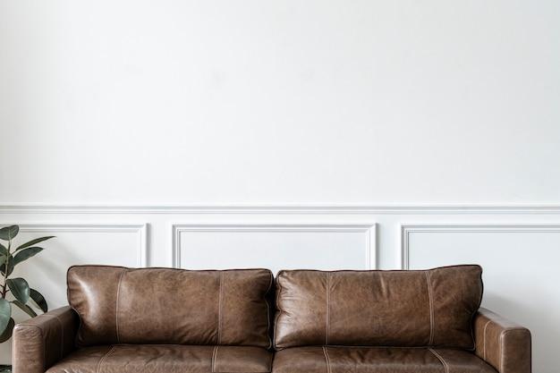 Nowoczesne, industrialne, luksusowe wnętrze salonu ze skórzaną kanapą i rośliną doniczkową