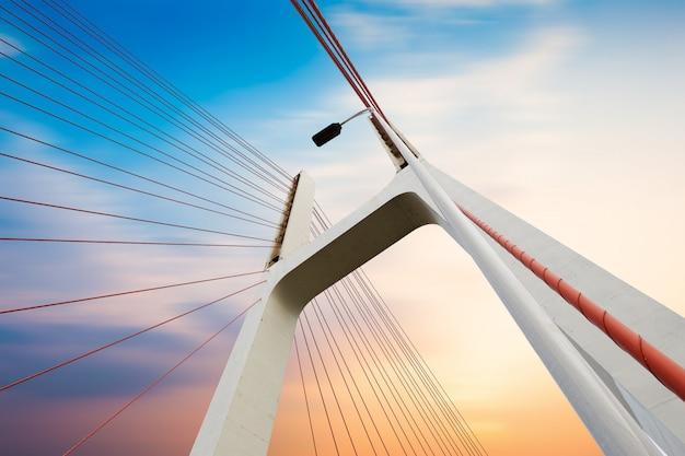 Nowoczesne kable mostowe, krajobraz zmierzchu.