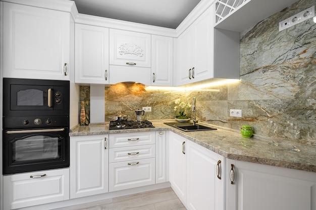 Nowoczesne klasyczne białe wnętrze kuchni z drewnianymi meblami