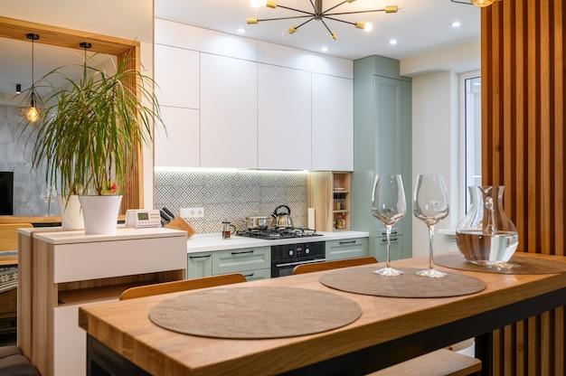 Nowoczesne klasyczne białe wnętrze kuchni ze strefą jadalną