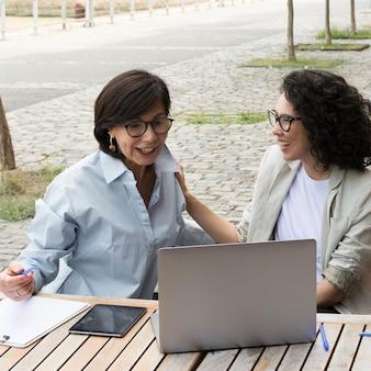Nowoczesne kobiety pracujące na zewnątrz