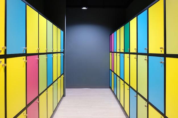 Nowoczesne kolorowe szafki z oświetleniem, wielokolorowe szafki, własność publiczna.