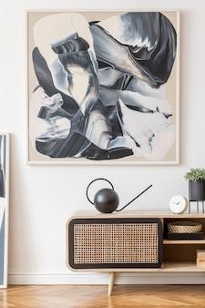 Nowoczesne kreatywne wnętrze salonu z rattanową komodą i makietą szablonu ramki plakatowej