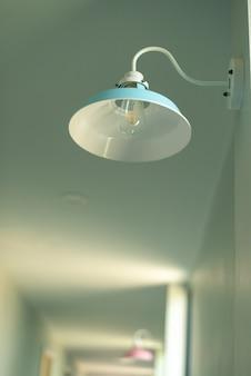 Nowoczesne lampy zdobione w budynku
