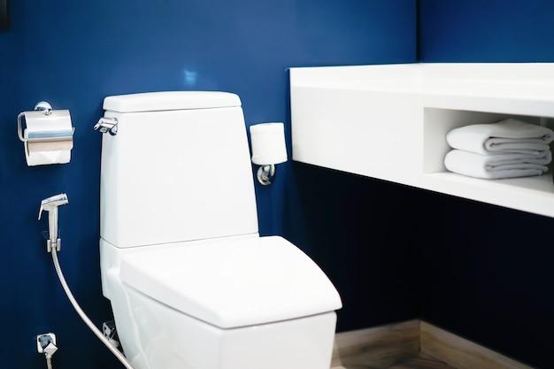 Nowoczesne łazienki z pomysłami na spłukiwanie i dekorowanie