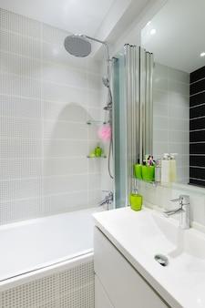 Nowoczesne luksusowe białe łazienki wnętrza