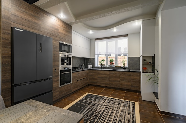 Nowoczesne luksusowe ciemnobrązowe szaro-czarne detale kuchenne