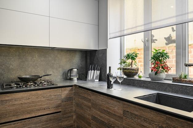 Nowoczesne, luksusowe duże ciemnobrązowe szare i czarne detale kuchenne