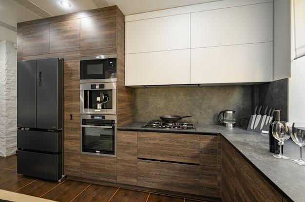 Nowoczesne luksusowe duże ciemnobrązowe szare i czarne detale kuchenne