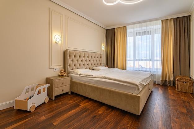 Nowoczesne luksusowe wnętrze sypialni z podwójnym łóżkiem w ciepłych beżowo-brązowych kolorach