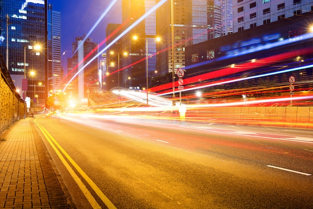 Nowoczesne miasto nocą