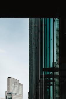 Nowoczesne miasto z budynkami w świetle dziennym