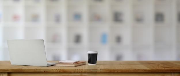 Nowoczesne miejsce do pracy z laptopem, filiżanką kawy, książkami i miejscem do kopiowania