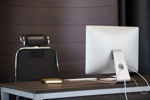 Nowoczesne miejsce pracy. biurowe miejsce pracy projektanta. minimalna powierzchnia biurka do wydajnej pracy. koncepcja zwolnienia.