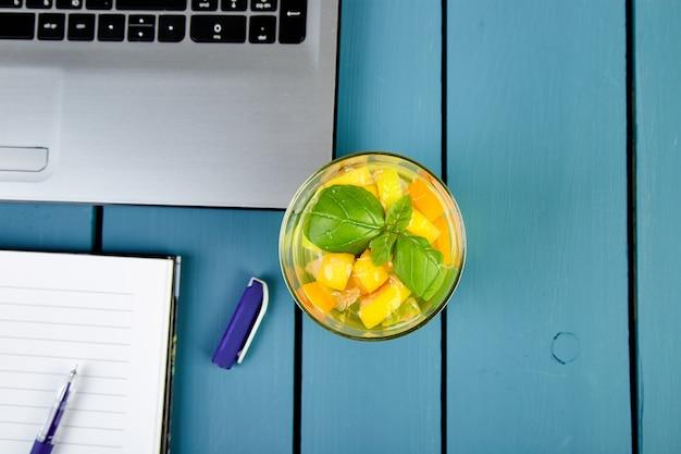 Nowoczesne miejsce pracy kobiet z notebookiem lub laptopem.