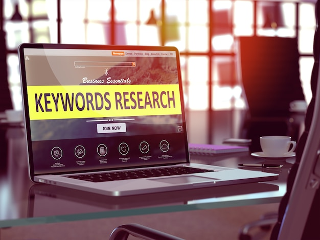 Nowoczesne miejsce pracy z laptopem pokazujące stronę docelową ze słowami kluczowymi researchconcept. stonowany obraz z selektywną ostrością.