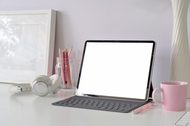 Nowoczesne miejsce pracy z tabletem z pustym ekranem, materiały biurowe do domu