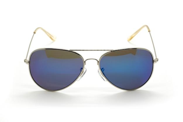 Nowoczesne modne okulary przeciwsłoneczne na białym tle