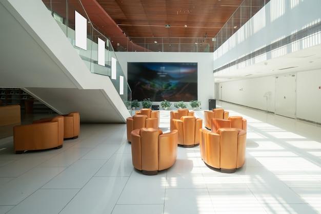 Nowoczesne muzeum sztuki puste wnętrze galerii białe ściany i drewniane podłogi