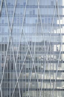 Nowoczesne niebieskie szklane ściany wieżowca, budynek biurowy. 03.01.2020 barcelona, hiszpania.