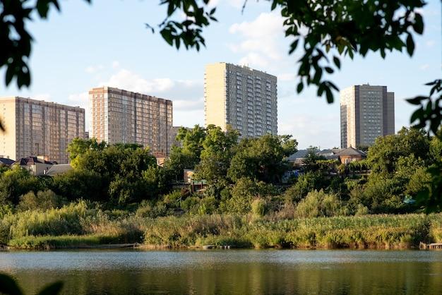 Nowoczesne nowe budynki nad rzeką. doskonały relaks. idealne życie