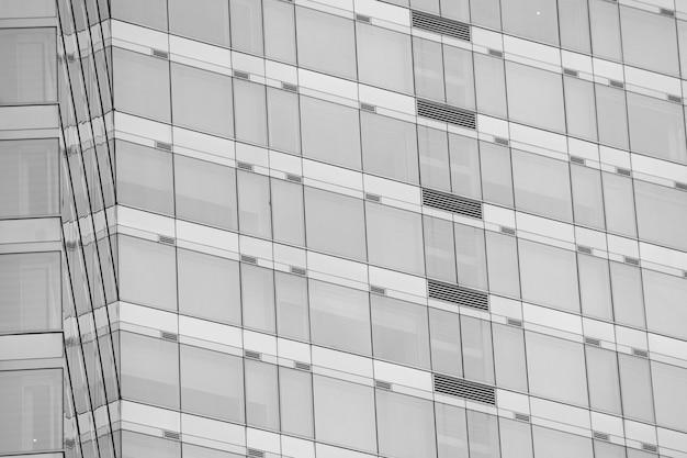 Nowoczesne okna biurowe z odbiciem