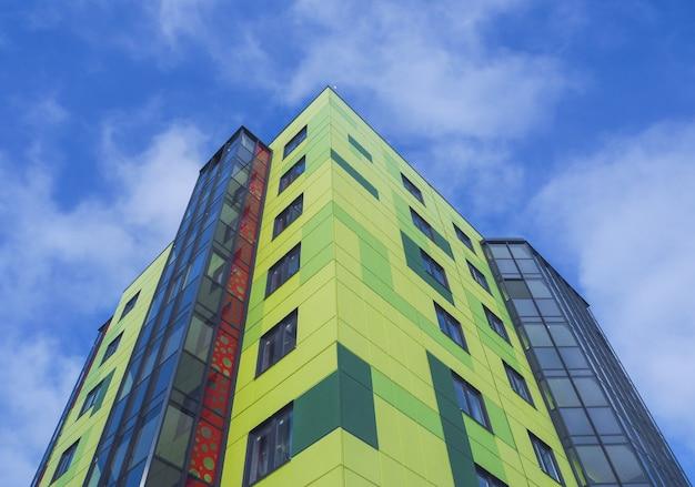 Nowoczesne piękne nowe budynki. barwiona ściana na tle niebieskie niebo
