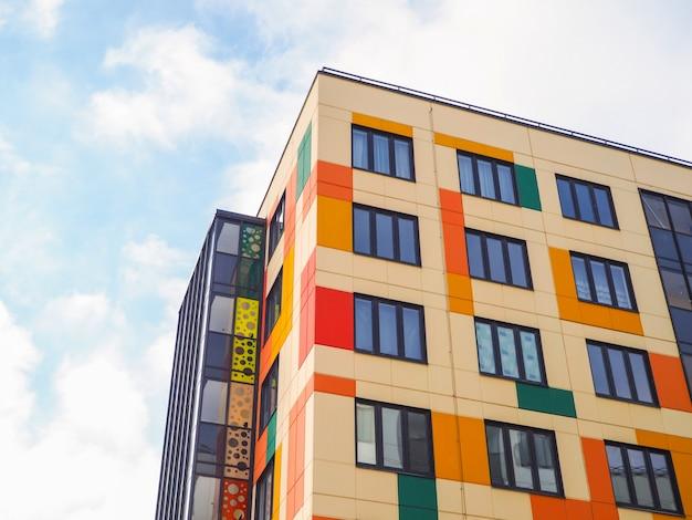 Nowoczesne piękne nowe budynki. barwiona ściana niebieskie niebo.
