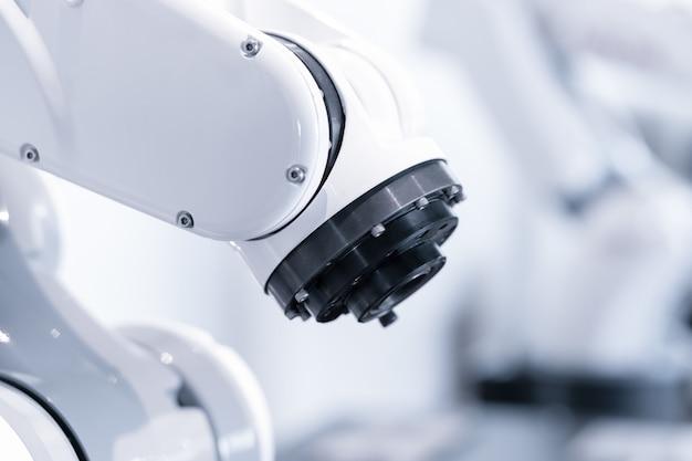 Nowoczesne ramię robota przemysłowego w zautomatyzowanej linii produkcyjnej analizującej jakość produktu za pomocą oprogramowania sztucznej inteligencji, smart industry technology 4.0 z miejscem do kopiowania