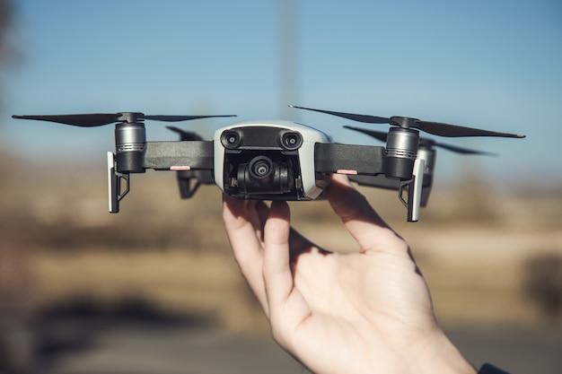 Nowoczesne ręce człowieka drona i fotografa
